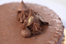 PRALINÉ & SALTED CARAMEL CAKE: